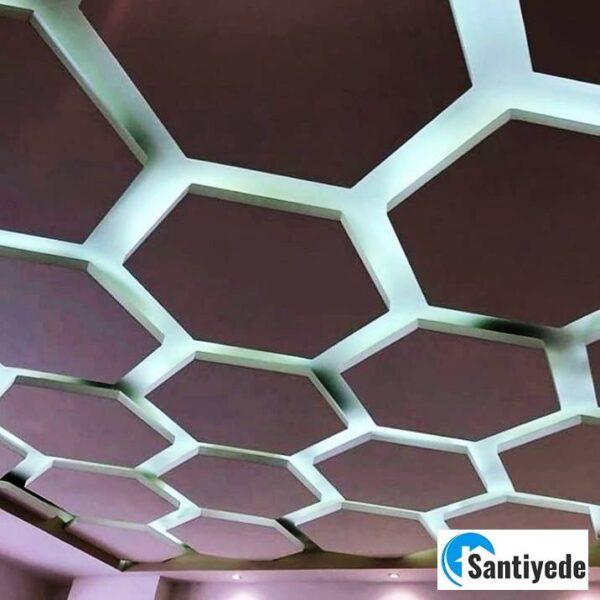Bal peteği şeklinde dekor edilmiş asma tavan