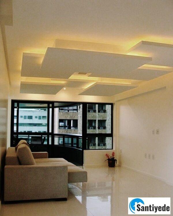 Tavanda dikdörtgen geometrik şekiller ve aydınlatma