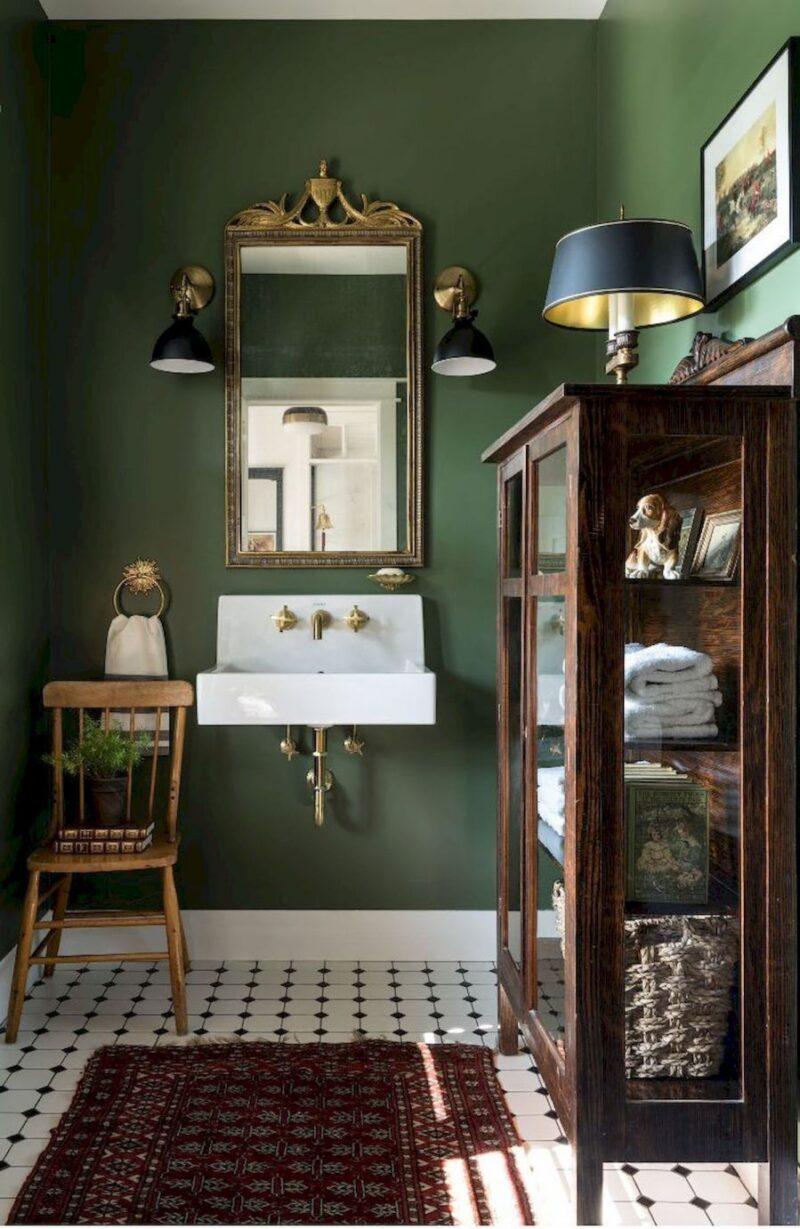 Yeşil renk duvar, aydınlatma, ayna ve dolap