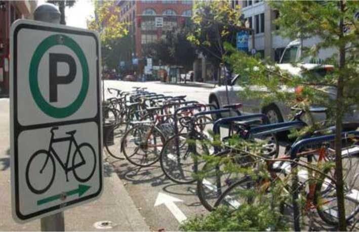 Yol kenarında uygulanmış bisiklet parkı örneği
