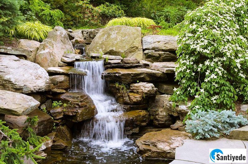Bahçe şelalesinin serin bir ortam oluşturması