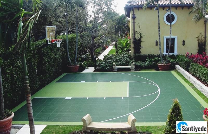 Bahçede basketbol spor alanı