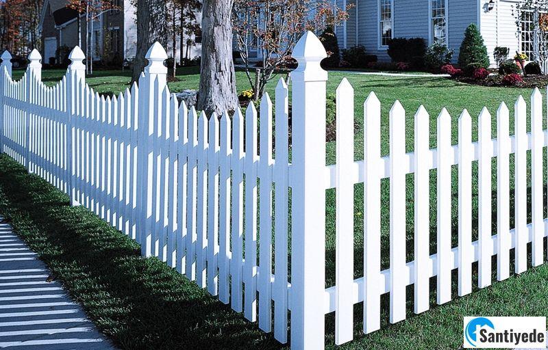 Beyaz ahşap bahçe çitleri